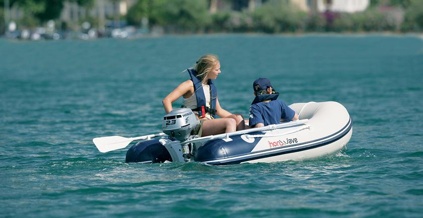что нужно для управления моторной лодкой